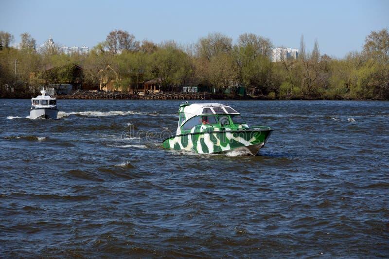 Сторожевые катера на реке Москве стоковое изображение