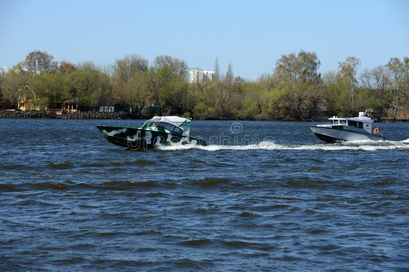 Сторожевые катера на реке Москве стоковые изображения