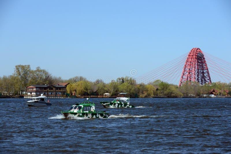 Сторожевые катера на реке Москве стоковые фото