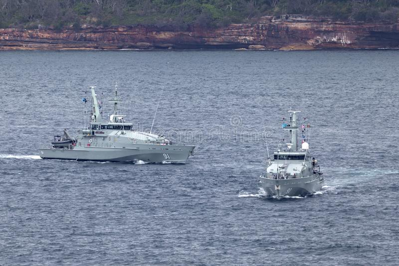 Сторожевые катера Armidale-класса HMAS Broome ACPB 90 и HMAS Bundaberg ACPB 91 королевского австралийского военно-морского флота стоковые фотографии rf