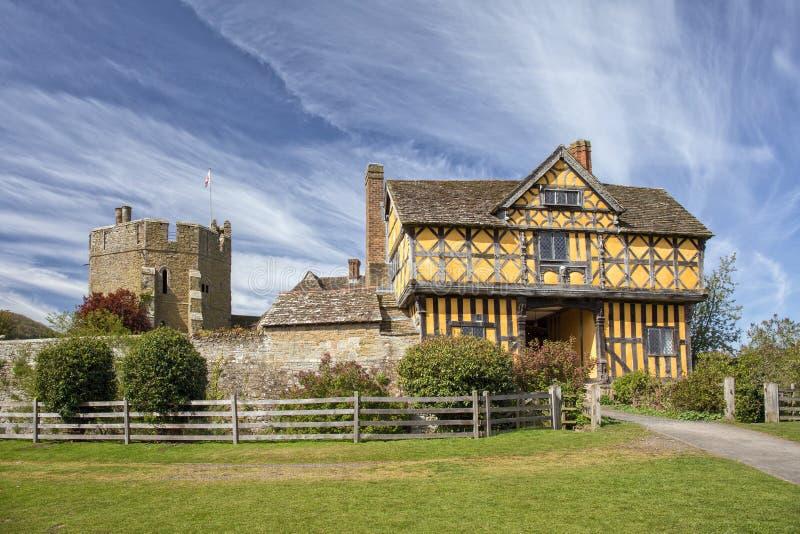 Сторожка замка Stokesay и северная башня, Шропшир, Англия стоковые фото