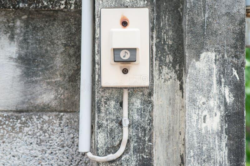 Сторона дверного звонока на стене стоковые изображения
