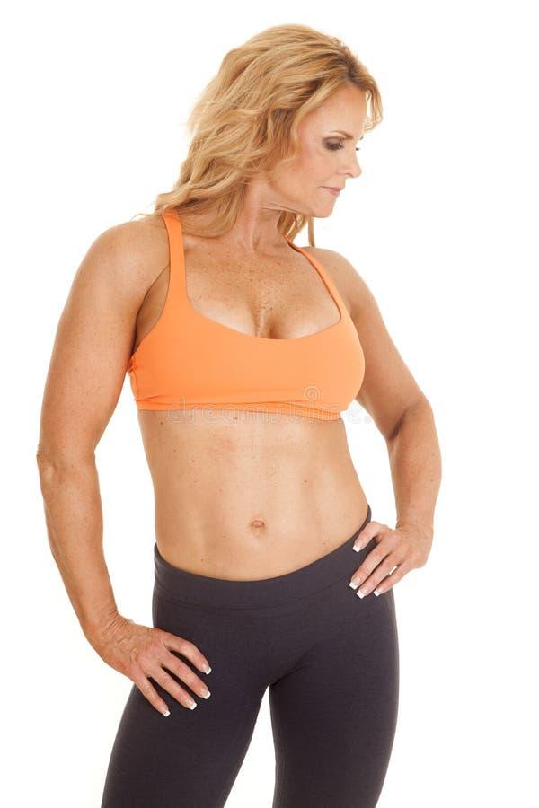 Сторона взгляда стойки бюстгальтера зрелой женщины оранжевая стоковое изображение rf