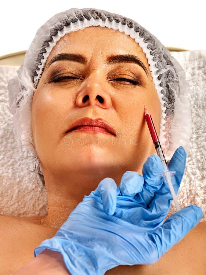 Сторона женщины впрыски заполнителя Пластичная лицевая хирургия в клинике красоты стоковая фотография rf