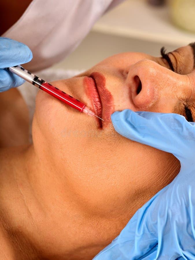 Сторона женщины впрыски заполнителя Пластичная лицевая хирургия в клинике красоты стоковые изображения