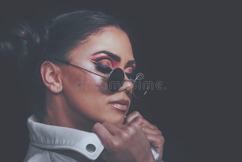 Сторона женщины красоты, портрет макияжа сексуальной девушки идеального, модели с мягкой ровной кожей, профессионального лицевого стоковые изображения