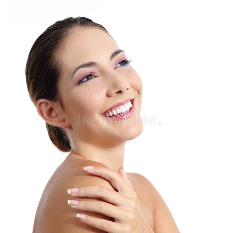 Сторона женщины красоты с нежностью составляет и красивая улыбка стоковые фото