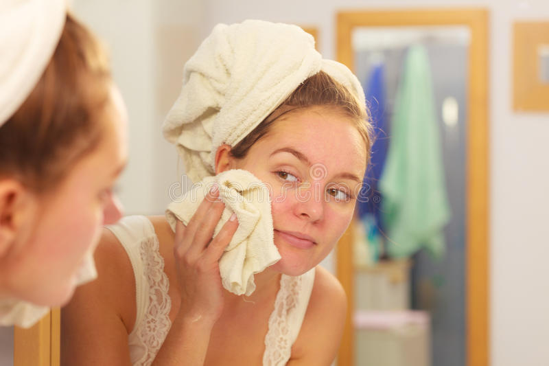 Сторона женщины моя в ванной комнате Гигиена стоковая фотография rf