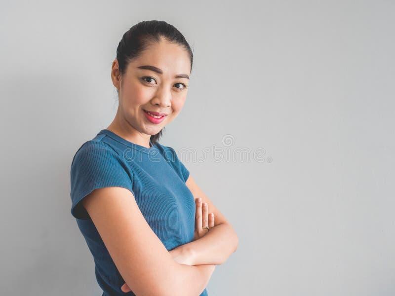Сторона женщины улыбки азиатская чувствуя счастливый стоковая фотография rf