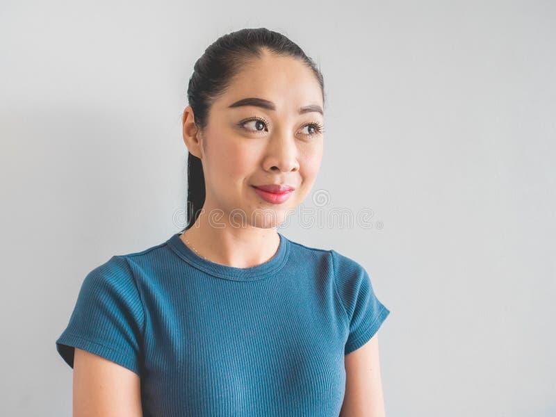Сторона женщины улыбки азиатская чувствуя счастливый стоковое фото rf