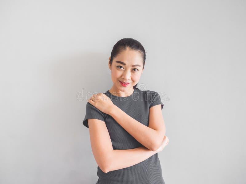 Сторона женщины улыбки азиатская чувствуя счастливый стоковые фото