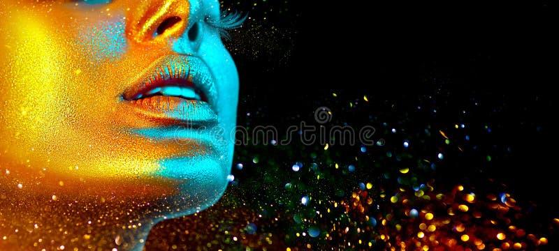 Сторона женщины фотомодели в ярком сверкнает, красочные неоновые света, красивые сексуальные губы девушки Ультрамодная накаляя ко стоковое фото rf