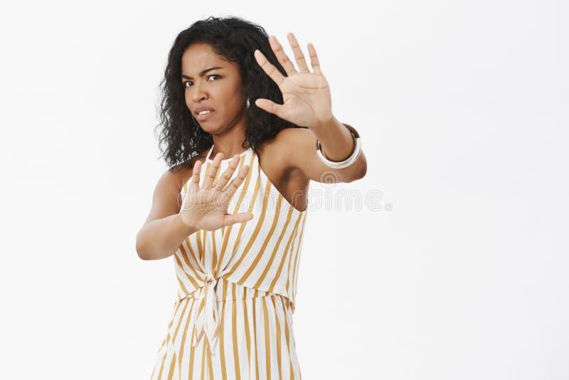 Сторона заволакивания женщины от внезапным раздражанным ненавидя быть сфотографированным Интенсивная неудовлетворенная популярная стоковая фотография