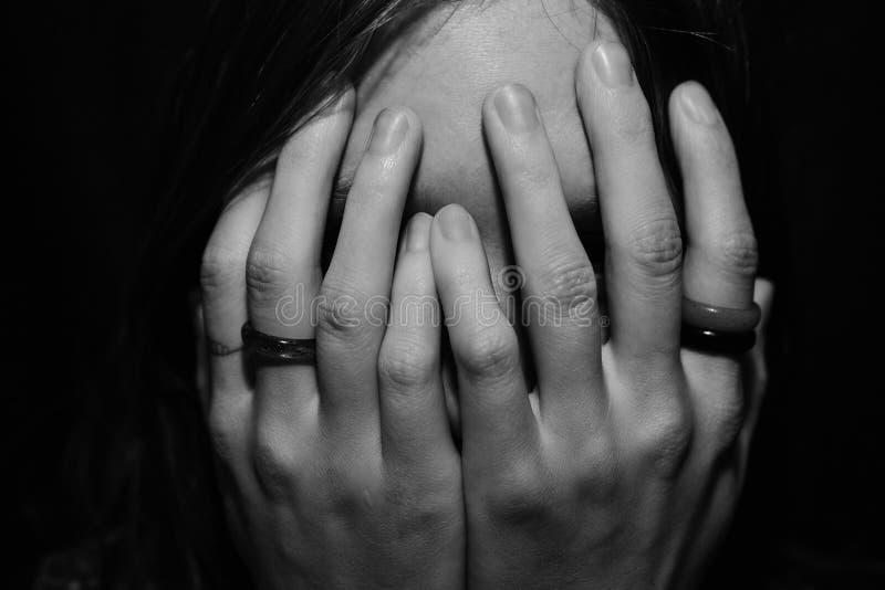 Сторона заволакивания женщины с руками стоковые фото