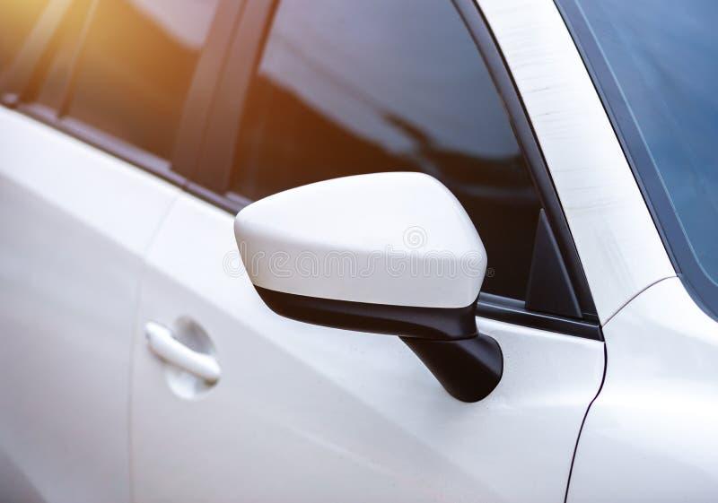 сторона зеркала автомобиля стоковые изображения rf