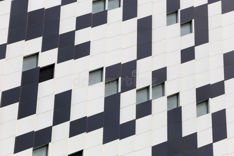 Сторона здания с белым и черным цветом стоковое изображение rf