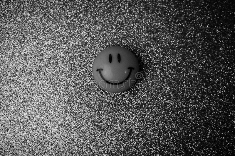 Сторона игрушки круга Emoji пластиковая радостная усмехаясь усмехаясь круглая на b стоковое изображение rf