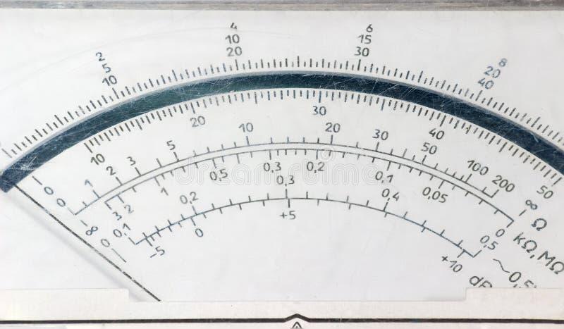 Сторона дисплея старого сетноого-аналогов крупного плана вольтамперомметра стоковое фото