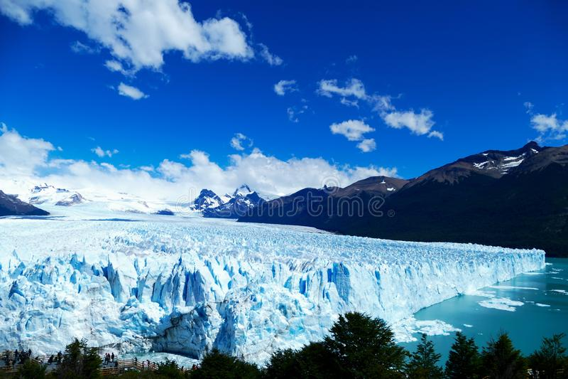 Сторона и повышенный взгляд ледника Perito Moreno стоковая фотография