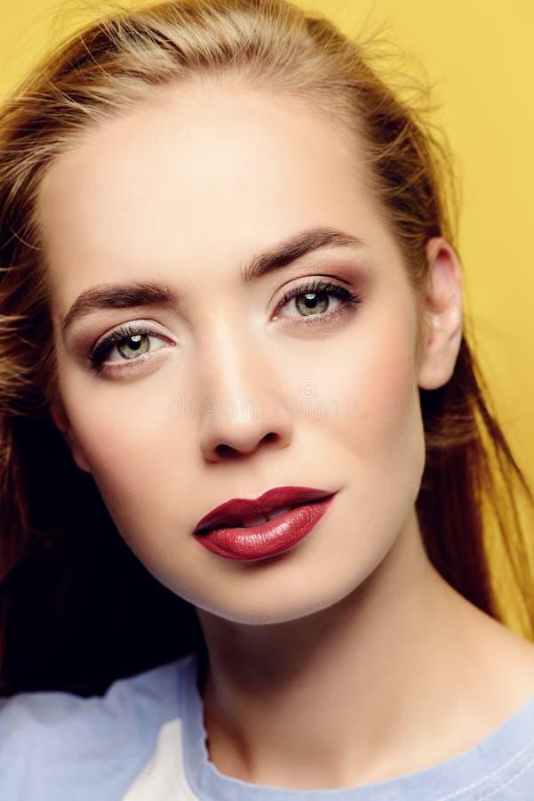 Сторона красивейшей девушки стоковая фотография rf