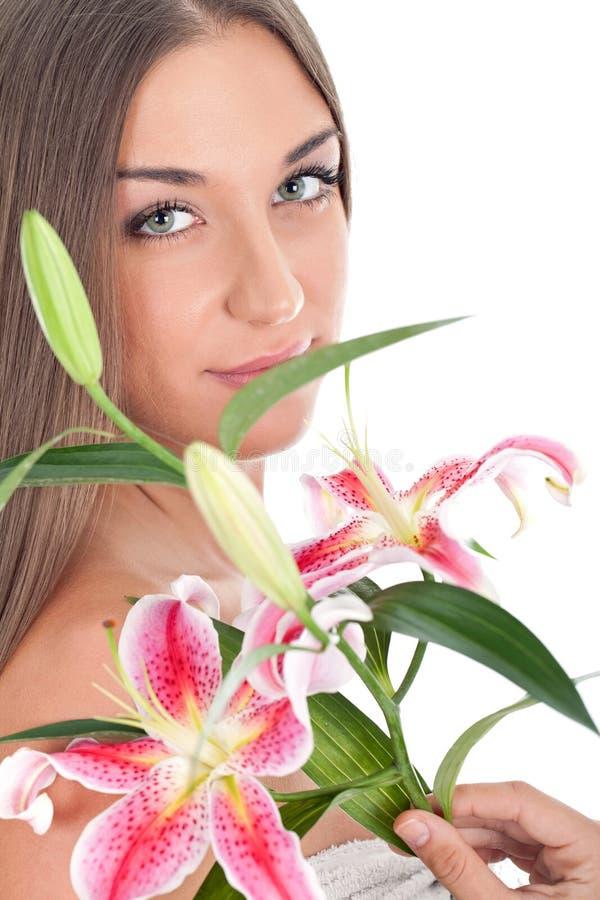Сторона красивейшей женщины с цветками стоковые фото