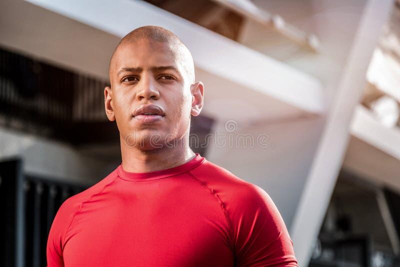 Сторона красивого славного молодого спортсмена стоковая фотография rf