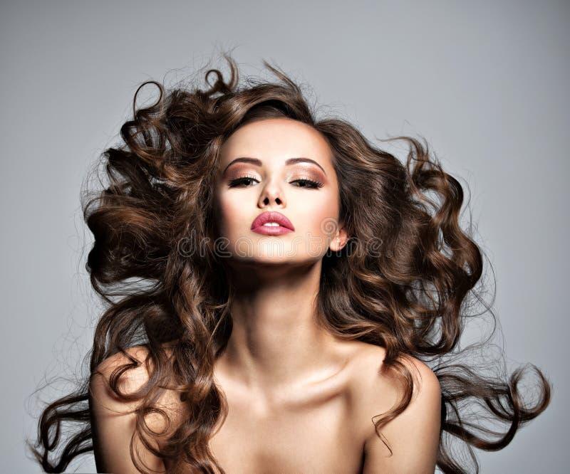 Сторона красивой женщины с длинными волосами летания стоковые фотографии rf
