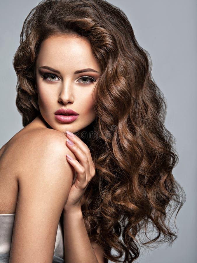 Сторона красивой женщины с длинными коричневыми волосами стоковая фотография rf