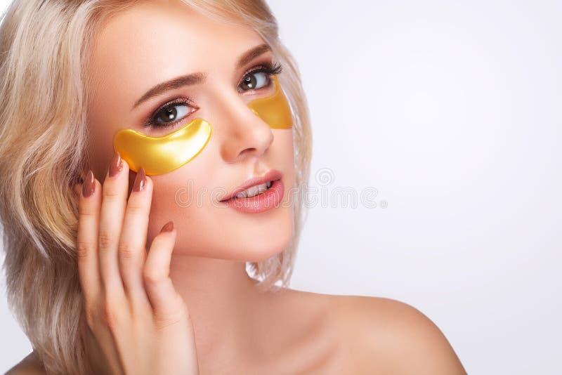 Сторона красоты женщины с маской под глазами Красивая женщина с Na стоковые фотографии rf