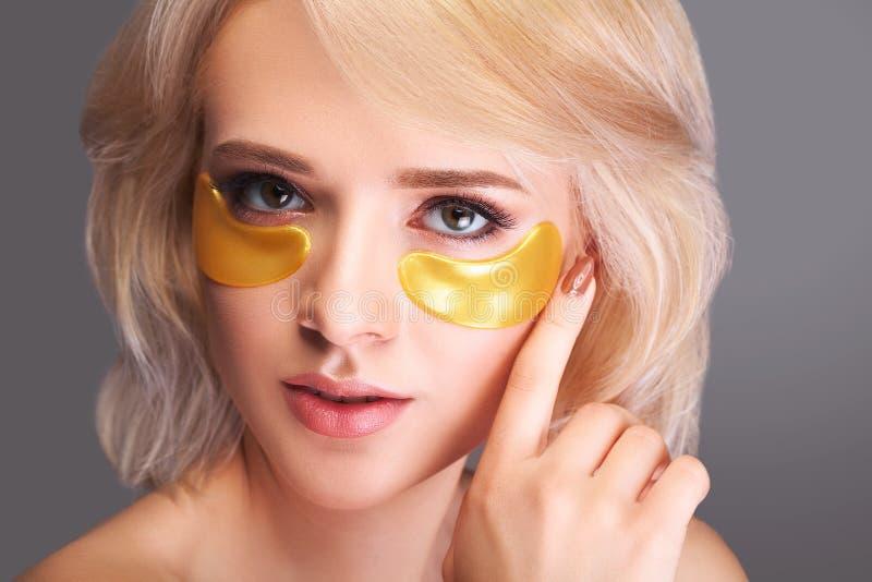Сторона красоты женщины с маской под глазами Красивая женщина с Na стоковые изображения