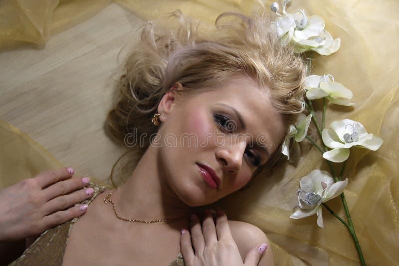 Сторона красоты женщины с цветком стоковое фото