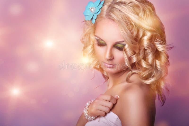 Сторона красоты молодой красивой женщины стоковые фотографии rf
