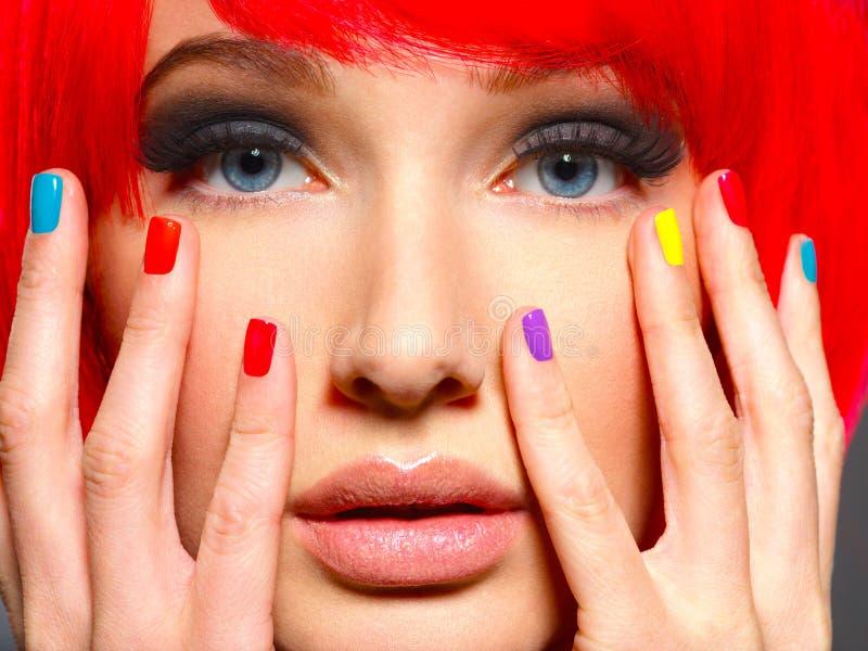 Сторона крупного плана красивой девушки с multicolor ногтями стоковое изображение rf