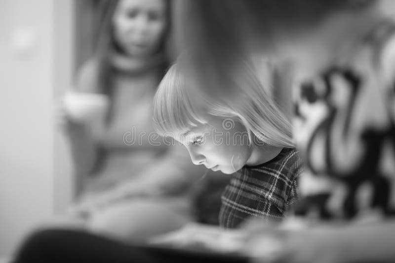Сторона милой белокурой девушки играя компютерную игру стоковые фотографии rf