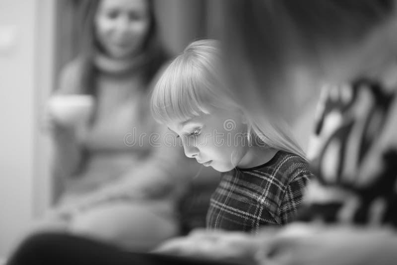 Сторона милой белокурой девушки сидя на кресле стоковые фото