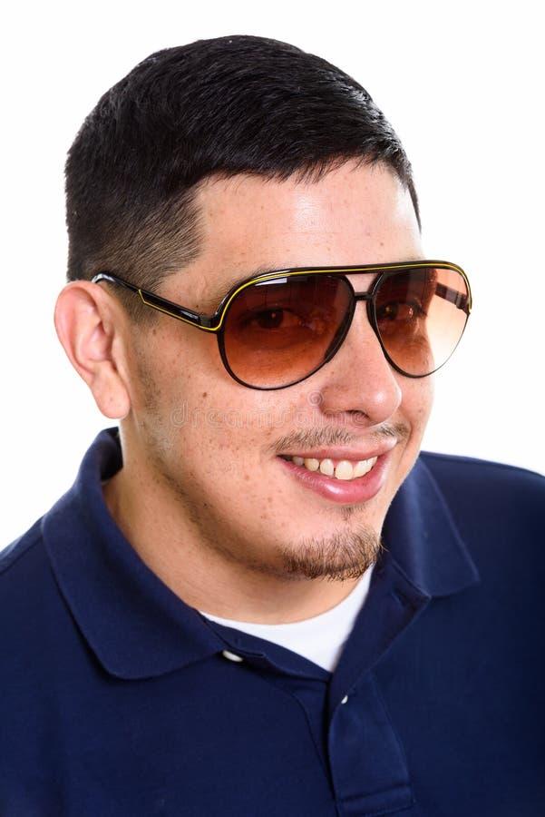 Сторона молодого счастливого испанского человека усмехаясь пока носящ sunglasse стоковое изображение