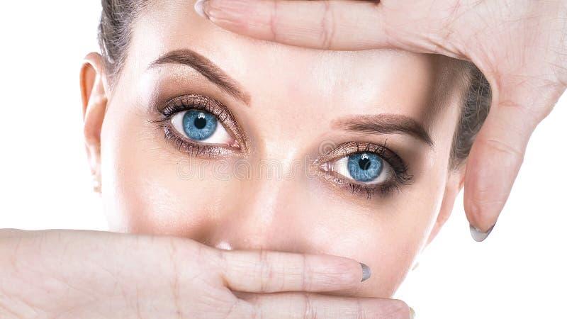 Сторона молодой женщины и забота и она глаза делая рамку с руками, кавказскую красоту зрение и концепция здоровья глаза стоковые фотографии rf
