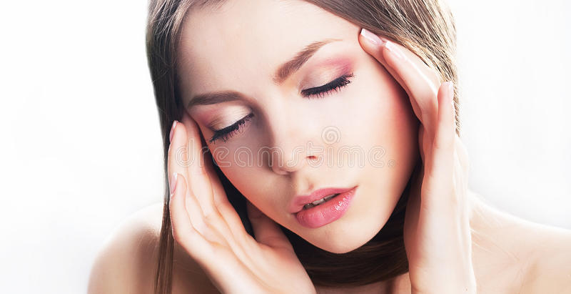Сторона молодой женщины красотки, естественный состав. Мигрень стоковые изображения rf