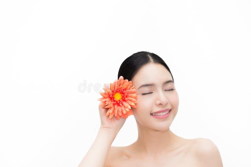 Сторона молодой красоты азиатская с цветком, красивой женщиной изолированной над белой предпосылкой Здравоохранение и концепция S стоковая фотография rf