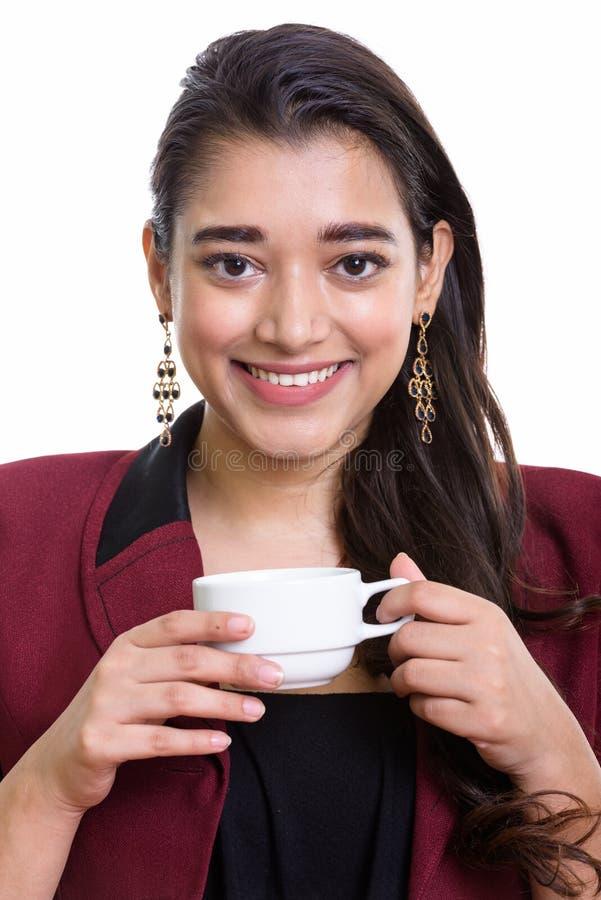 Сторона молодой счастливой индийской коммерсантки усмехаясь пока держащ c стоковая фотография
