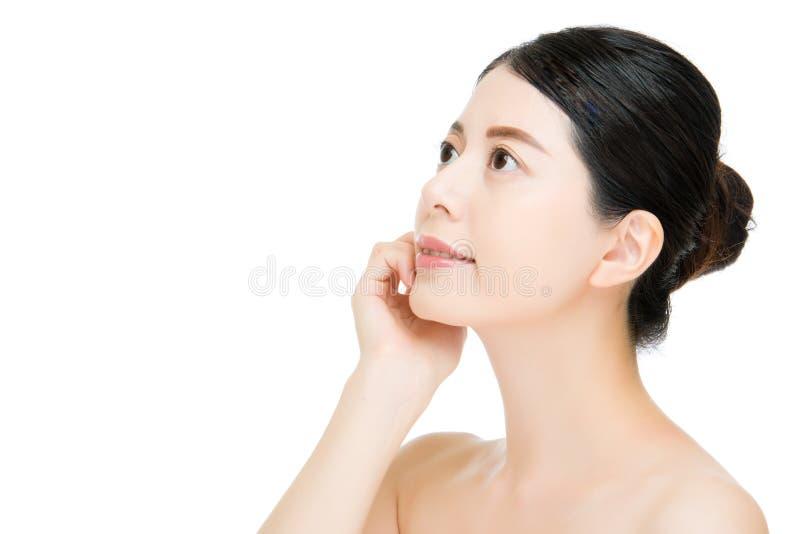 Сторона молодого азиатского касания женщины красоты чистая красивая здоровая стоковые изображения rf