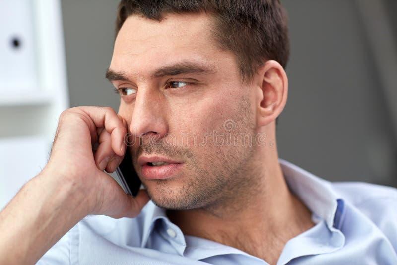 Сторона молодого бизнесмена вызывая на smartphone стоковое фото