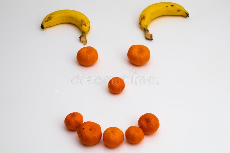 Сторона от плодов на белой предпосылке сторона сделала со свежими фруктами банан, tangerine мандарина стоковое изображение