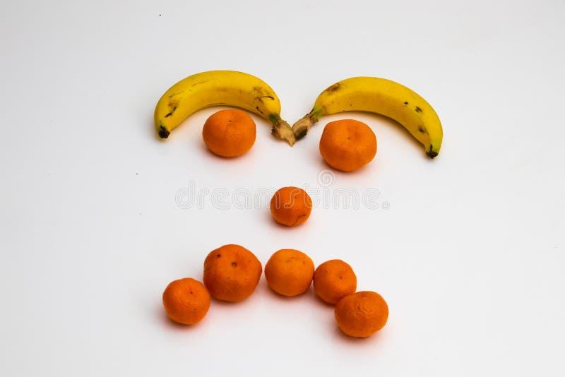 Сторона от плодов на белой предпосылке сторона сделала со свежими фруктами банан, tangerine мандарина стоковое фото rf