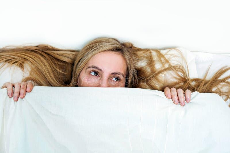 Сторона подушки одеяла космоса 50 экземпляра волос 50 спальни кровати портрета женщины среднего возраста реальные белокурые длинн стоковая фотография rf