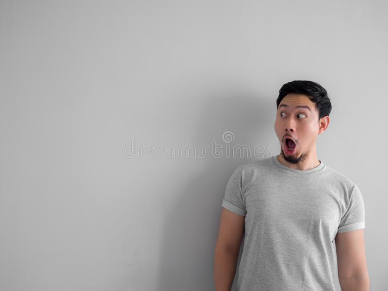 Сторона сотрясенная и вау человека с бородой в серой футболке стоковое изображение