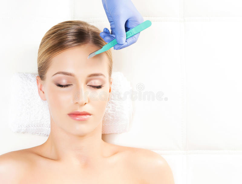 Сторона с скальпелем Вызревание, пластическая хирургия, и концепция подмолаживания кожи стоковое фото rf