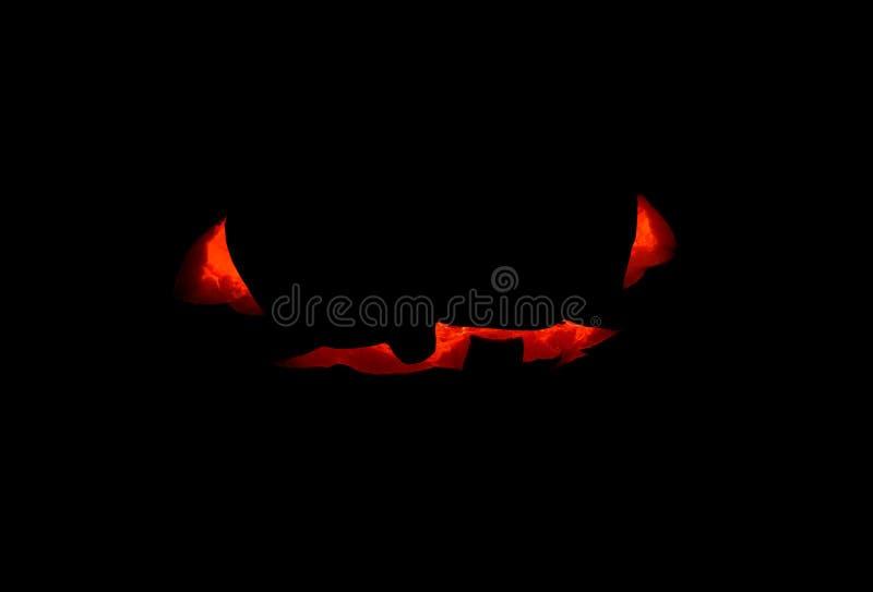 Сторона тыквы хеллоуина страшная с внутренностью свечи, фото концепции на черной предпосылке Силуэт стороны тыквы накаляя стоковые изображения rf