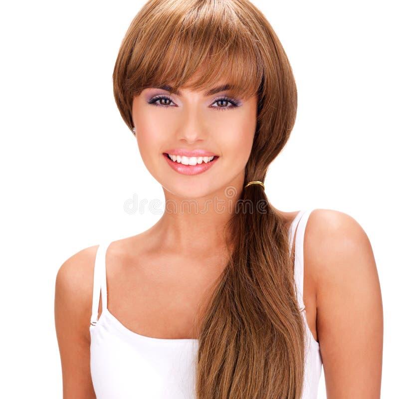 Сторона усмехаясь красивой индийской женщины с длинными волосами стоковая фотография