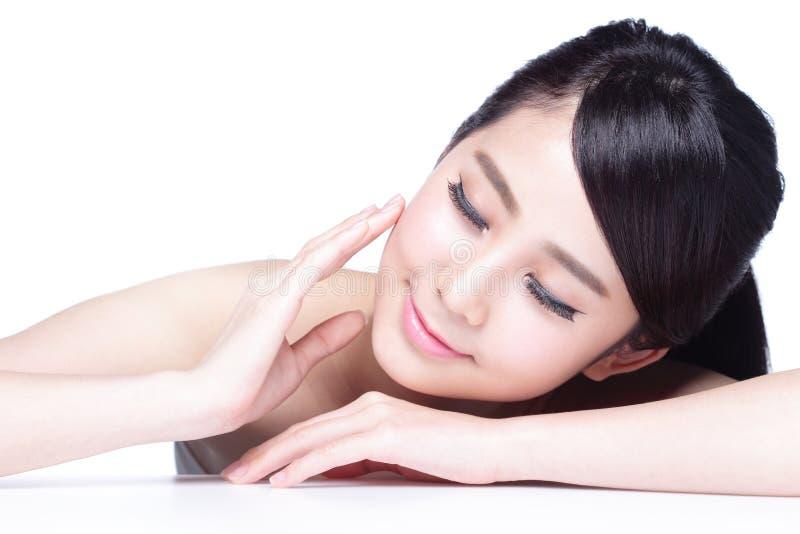 Сторона улыбки женщины заботы кожи стоковое изображение